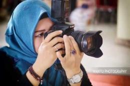 Aksi Lia Mutisari saat beraksi dengan kameranya  (sumber foto: Wantu Photography)