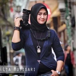 Pose Lia Mutisari saat beraksi dengan kameranya sebagai seorang fotografer profesional (Sumber: Lia Mutisari)