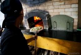 Pengolahan Pizza dengan Tungku berbahan bakar kayu buah-buahan (Dokumentasi Pribadi)