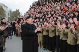 Terlepas dari tekanan, rasa takut dan pembatasan informasi regim yang berkuasa saat ini dicintai rakyatnya. Photo: storage.lfpress.com