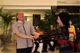 Bapak Jefferey Wibisono (General Manager Amnaya Resort Kuta) berdansa bersama Ibu Yoke Darmawan / dap
