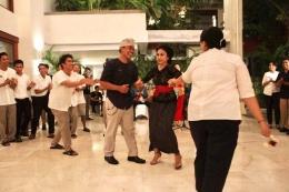 Ibu Yoke Darmawan, Brand Consultant, mengajak sejumlah staf ikut berdansa / dap