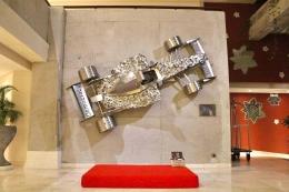 Miniatur mobil Formula1 pada lobby / dap