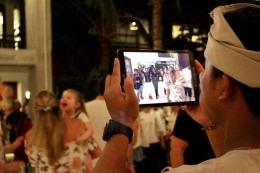 Seorang staf mengambil gambar (atau video?) keseruan pada malam itu / dap