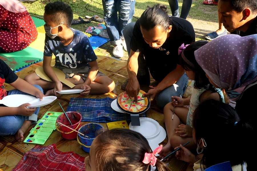 Kakak-kakak pendamping dari art class Eko Nugroho tampak membimbing anak-anak saat membuat craft (Dokumentasi Pribadi)