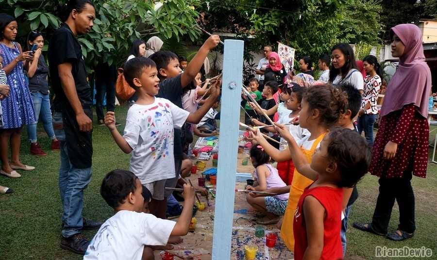 Anak-anak bebas berkreasi mural sesuai keinginan masing-masing (Dokumentasi Pribadi)