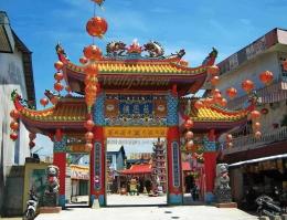 Kelenteng di tengah kota yang banyak dikunjungi umat Buddha dan Konghucu. Foto | Santositour.com