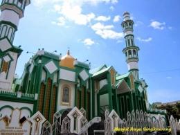 Masjid Raya Singkawang, juga berada di tengah kota, saling berdekatan dengan kelenteng. Foto | ananda-widyas.blogspot.co.id