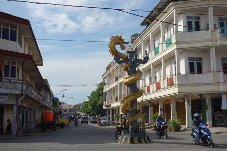 Ciri khas Singkawang adalah patung naganya yang berada di tengah kota. Foto | tourismalternative.blogspot.com