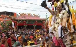 Perayaan Cap Go Meh di Singkawang selalu berlangsung meriah. Foto | Santoso Tour.com