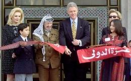 Peresmian Gaza International Airport oleh Yasser Arafat dan Presiden Amerika Serikat Bill Clinton. Sumber: stepfeed.com