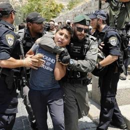Seorang anak Palestina ditangkap oleh pasukan keamanan Israel di Jerusalem, Juli 2017. sumber: Instagram/eye.on.palestine