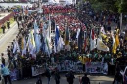 Foto Unnamed: Terliahat mahasiswa dari berbagai elemen yang tergabung dalam BEM-SI (Badam Eksekutif Mahasiswa-SeIndonesia) Melakukan aksi turun kejalan sebagai refleksi 3 tahun Pemerintahan Jokowi.