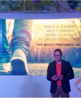Deskripsi : Toni Darusman, Chief Marketing Officer Bank Danamon menjelaskan Danamon membangun kanal-kanal untuk mendekatkan pada generasi milenial I Sumber Foto : Andri M