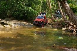 Saat pertama kalinya jeep terjun ke sungai (Dokumentasi Pribadi)
