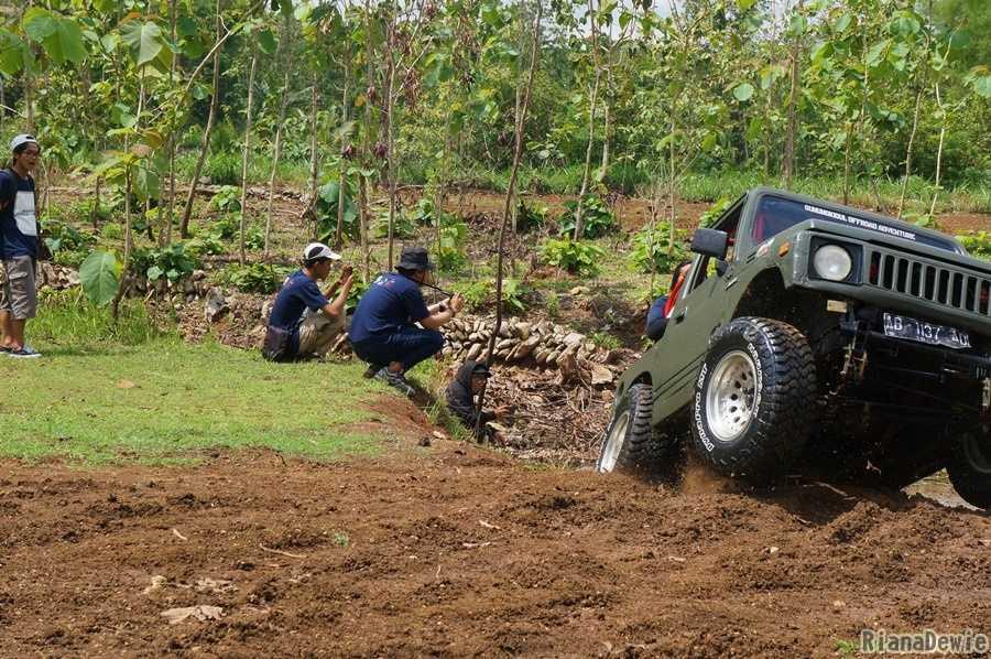 Saat Jeep sekuat tenaga berusaha naik dari sungai (Dokumentasi Pribadi)