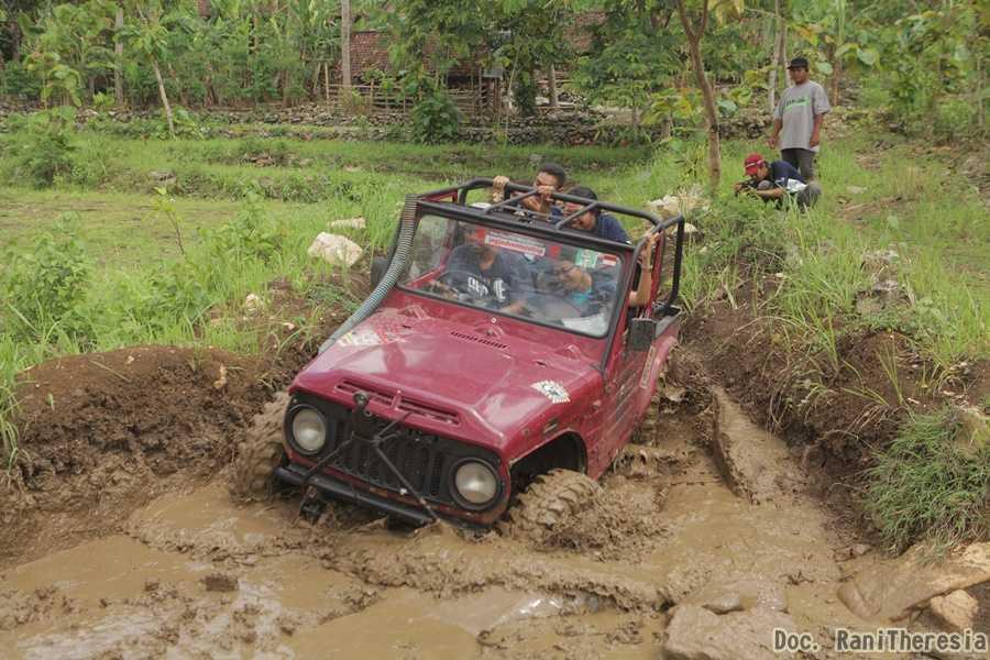Saat Jeep kami melewati lumpur (Dok. Rani Theresia)