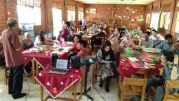 Hernowo sedang memberikan materi Mengikat Makna kepada guru-guru. (Foto: Institut Penulis Indonesia)