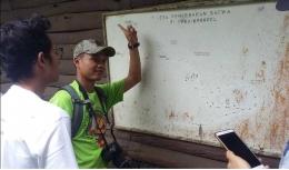 Seorang petugas menjelaskan rute di PPKAB (dokpri)