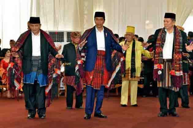 Jokowi memamerkan keahliannya manortor Batak Mandailing dengan belajar dari youtube. sumber: www.nasional.kompas.com