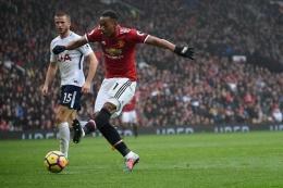 Anthony Martial, melepaskan tembakan untuk mencetak gol ke gawang Tottenham Hotspur pada pertandingan Premier League di Old Trafford (bola.kompas.com)