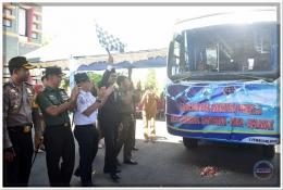 Bupati kibarkan bendera start saat launching Angkutan Perintis Bus Damri di Pantai Marina Bantaeng (05/02/18).