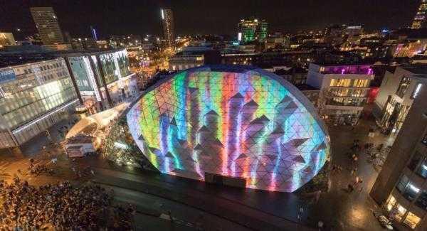 Eindhoven di malam hari. Glow Eindhoven