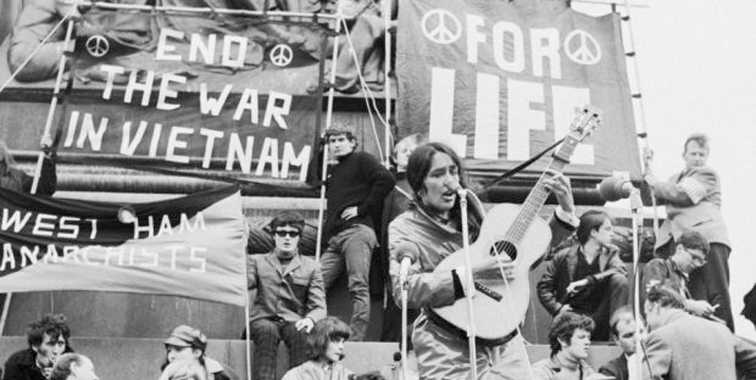 Joan Baez dalam demonstrasi di London 1965, menolak perang Vietnam. Sumber: Getty Images/irishtimes.com