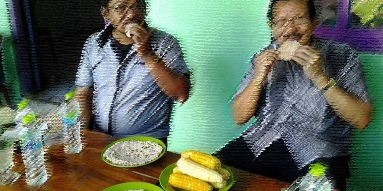 Rekan tim dari Jakarta disuguhi Putak dan Jagung dalam pertemuan dengan masyarakat desa. Dokpri