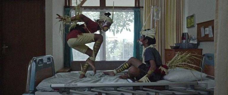Salah satu adegan di rumah sakit dalam Film Sekala Niskala (sumber: cinemaniaindonesia.wordpress.com)