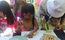Anak-anak sedang membuat cookies (Sumber: Golden Tulip Bay view)