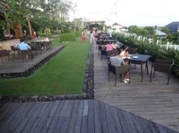 Deretan meja dan kursi di roof top (Sumber: dokumen pribadi)