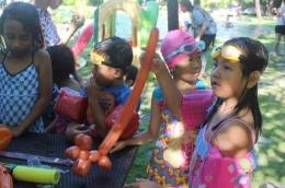 Keseruan yang membahagiakan anak-anak dalam membuat binatang dari balon (Sumber: Golden Tulip Bay view)