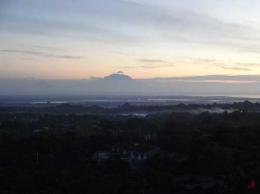 Pemandangan Gunung Agung sehabis shubuh (Sumber: dokumen pribadi)