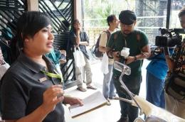 penjelasan tentang hiasan kayu di bagian belakang yang menggunakan konsep gamelan (doc. Riana Dewi)