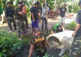 Pemasangan gorong-gorong pengganti jembatan bambu (dok. Ma'ruf)