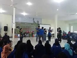 Siswa-siswi SMA peserta Program Jejak Tradisi Budaya Daerah 2018 sangat antusias bermain Pring Edan. Dokumentasi Abdul Malik