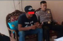Pelaku saat diintergosi oleh petugas polisi (dok. RioS)