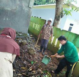 Ka Mabigus (Tengah) Ambalan KH. Ahmad Dahlan- I Patimang daeng Tukontu bersama Aparat Desa Batumalonro terlibat langsung pada kegiatan kerja bakti di Kantor Desa Batumalonro (8/4/2018)