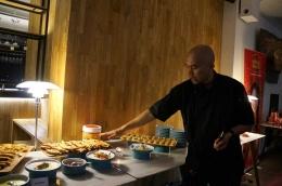 chef Jojo dengan aneka makanan hasil kreasinya (doc. Riana Dewie)