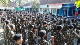 Ratusan anggota Ansor/Banser tengah meneriakan yel-yel NKRI Harga Mati (foto; dokpri)