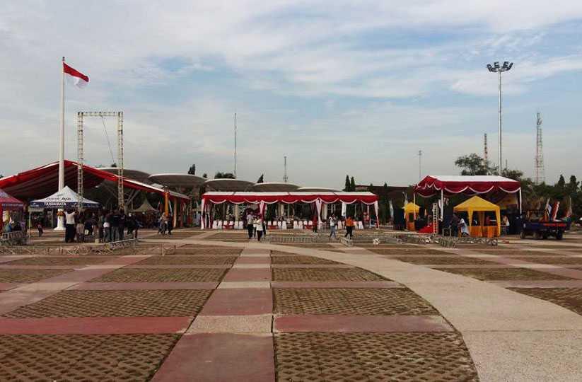 Alun-alun yang luas untuk berbagai kegiatan. Foto: Isson Khairul