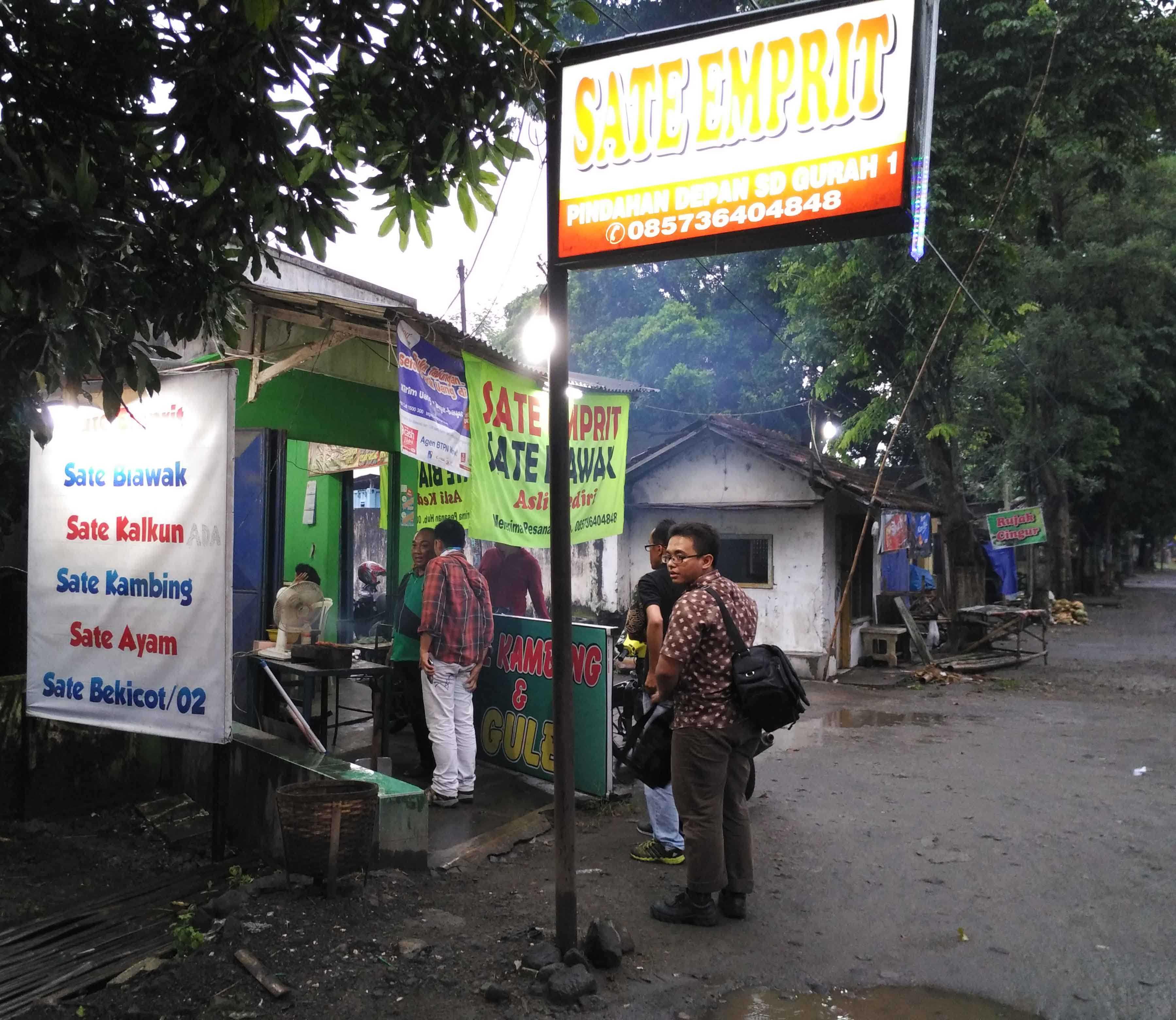 Warung sate emprit milik Darmanto yang ada di Kecamatan Gurah, Kabupaten Kediri, Jawa Timur  (foto: Luana Yunaneva)