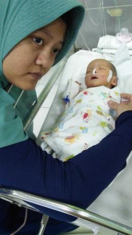 Keterangan foto : Ibu dan bayi di ruang highcare sebelum ia dipasangi alat bantu nafas.