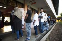 Penduduk Malaysia antre untuk memberikan suara mereka di tempat pemungutan suara selama pemilihan umum ke-14 di Alor Setar, Rabu (9/5/2018). (AFP/Permata Samad)