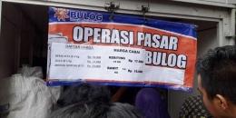 Operasi pasar yang dilaksanakan BULOG (Foto: merdeka.com)