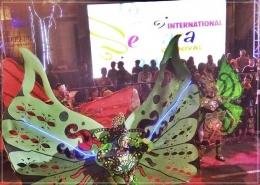 Kostum lebar dan berat tak halangi para kupu-kupu cantik menari riang. Dokpri