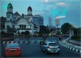 Siluet Lawang Sewu, sesaat sebelum bis rombongan saya memasuki Jl Pemuda di Sabtu petang. Dokpri