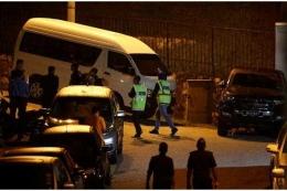 Poilisi melakukan penggeledahan di kediaman Najib Razak. Photo: Reuters