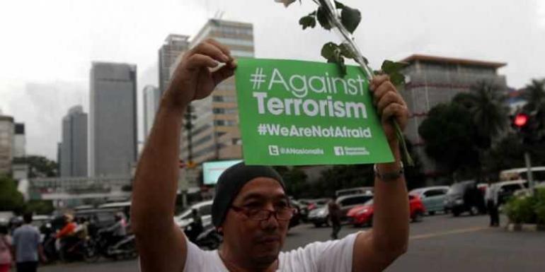 ilustrasi: Warga dan anggota Ormas melakukan aksi solidaritas mengecam aksi teror, di depan Gedung Cakrawala, Jakarta Pusat, Jumat (15/1/2016). (TRIBUNNEWS/HERUDIN)
